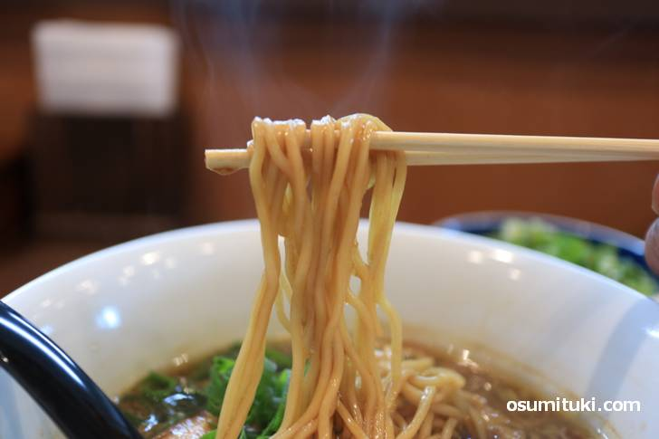 麺は中太、スープをよく吸っています