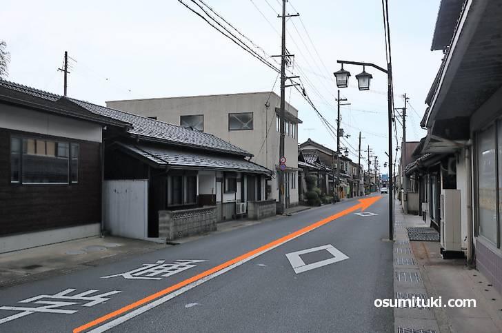 駅前の道を右折、まっすぐ数分歩きます