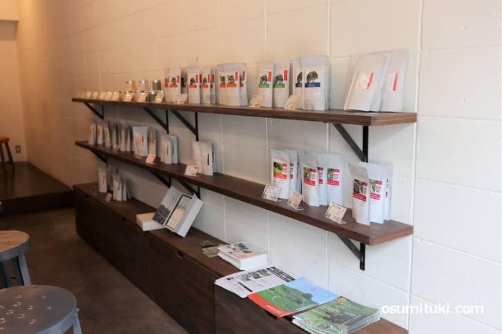 和束町で生産された日本茶がズラリと並んでいます(d:matcha Kyoto 出町柳店)
