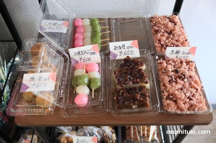 入口を入ると、いきなり和菓子と赤飯が売られています(和カフェmantame)
