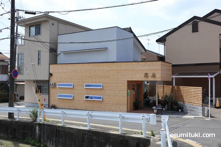 物集女街道から京都松尾郵便局へ向かったところにあります(和カフェmantame)