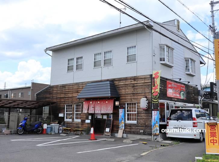 ラーメン博多赤のれん、国道1号沿い(京都方面)にあるロードサイド店です
