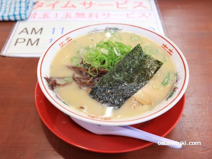 トッピング豊富ですがスープがインパクト強くて素ラーメンでもよさげな味わい