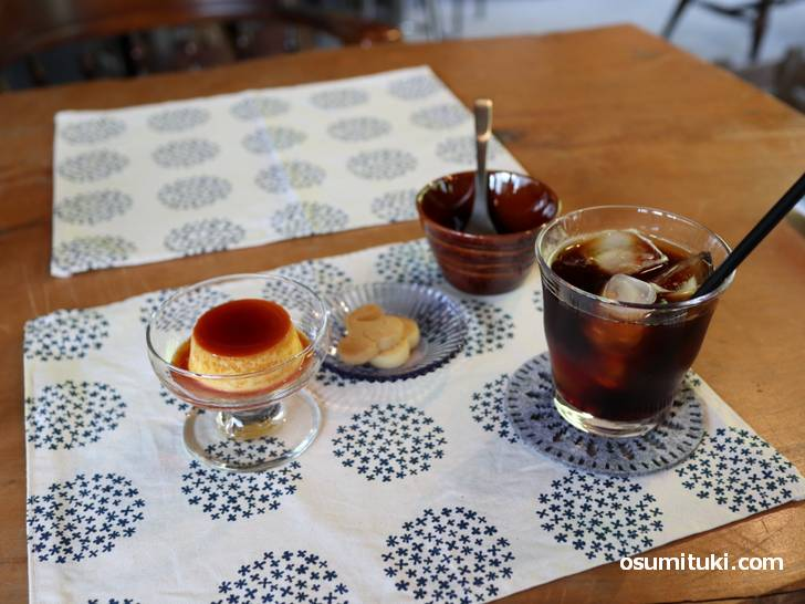 アイスコーヒー(クッキー付き)が250円、プリンも200円、安すぎか
