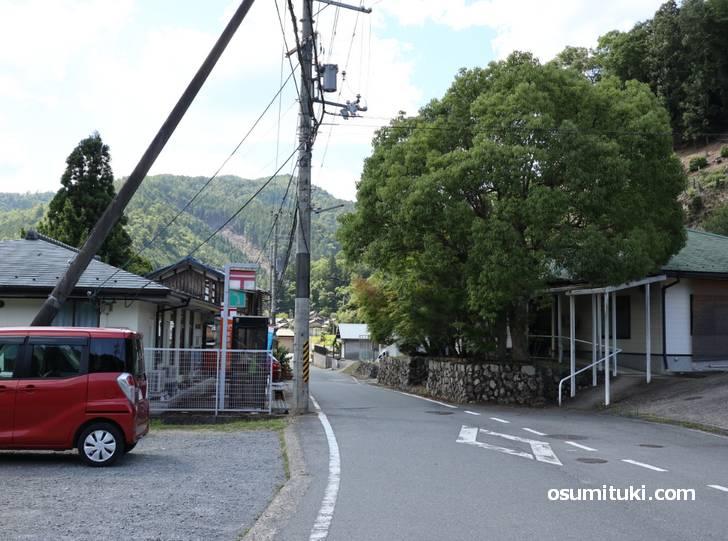 日吉四ツ谷郵便局の先にカフェがあります