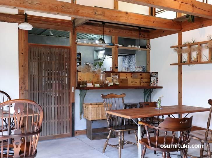木のぬくもりを感じるオープンカフェです(かしゅかしゅ)