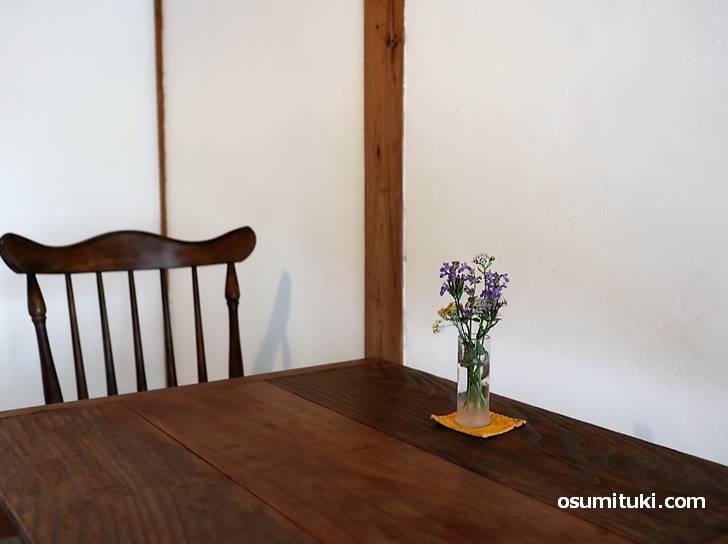 机にはハーブ好きのマダムが活けたお花が