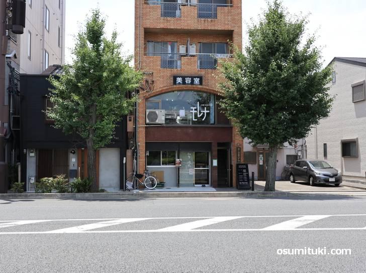 神宮丸太町駅から丸太町通を東へスグのところです(牛こうの)