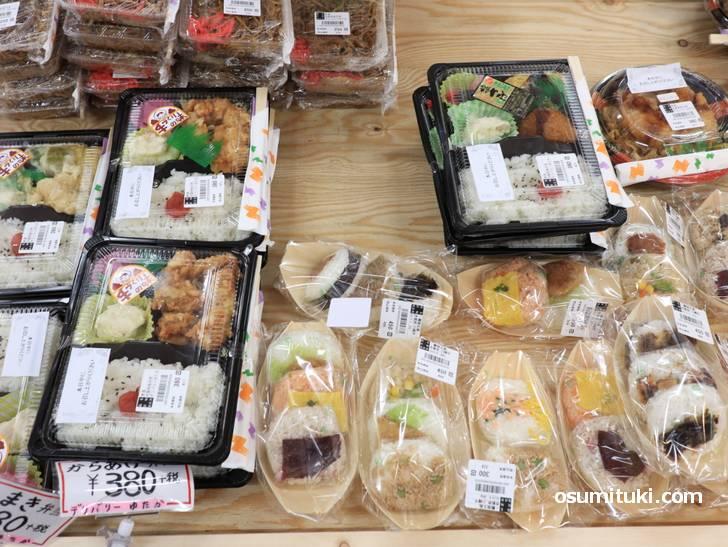 お弁当コーナー、リーズナブルなものなら380円から(旬の駅 京都店)