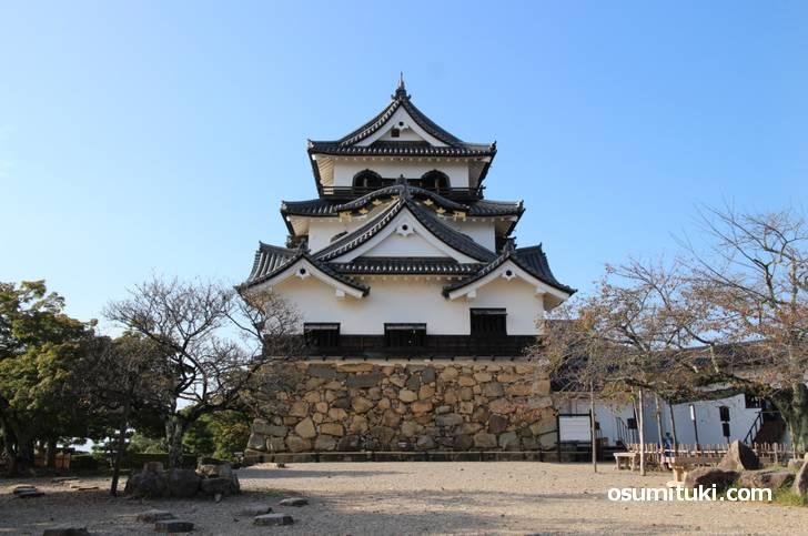 滋賀・彦根城のそばの中学校に台がずれた時計台があるらしい
