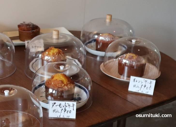 美味しそうなパウンドケーキが8種類ほど、パンも「ヌスドルフ」や「食パン」がありました。