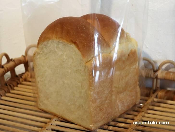 天然酵母の白神こだま酵母を使用した食パンは300円です
