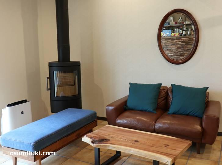 個人宅を改装した店内にはソファ席や暖炉もあります(Slow Hike Cafe)