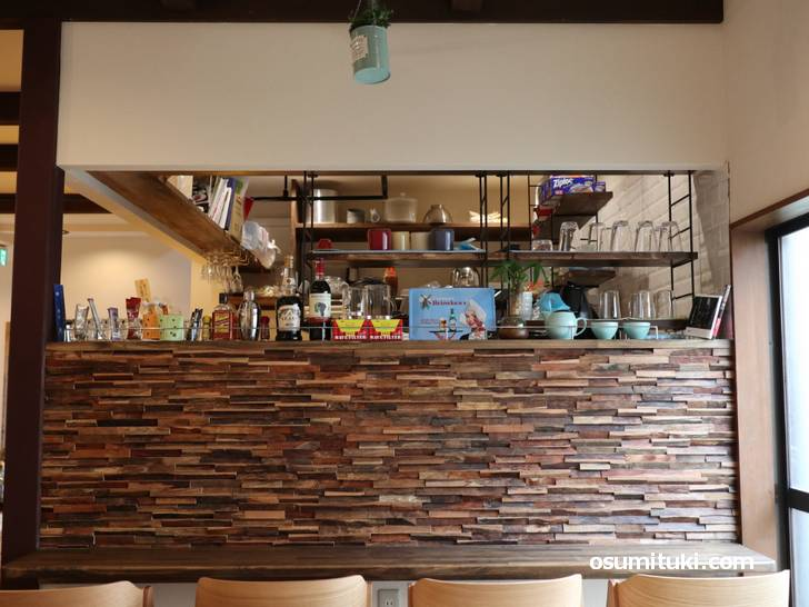 店内は山小屋テイストのカフェで、こちらはカウンター席です(Slow Hike Cafe)