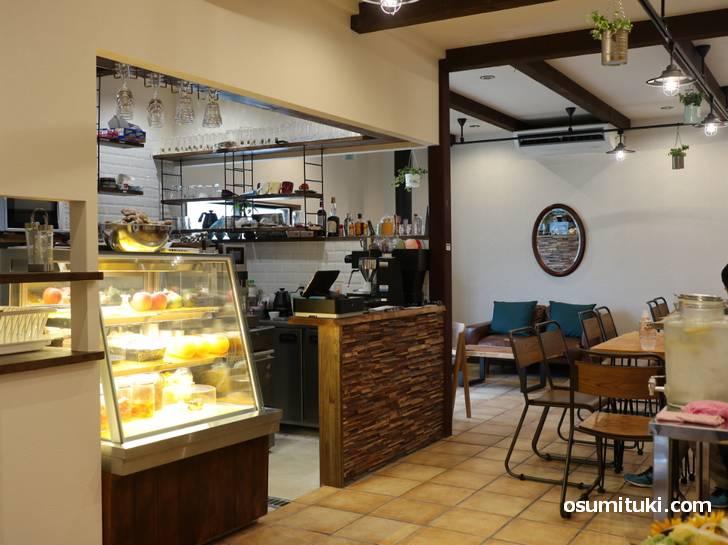 入口から見た店内の様子(Slow Hike Cafe)
