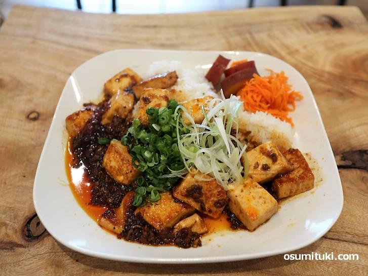 お昼には「オムライス、麻婆豆腐」のランチがあります