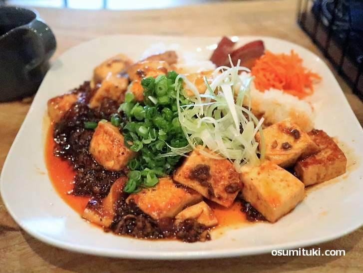 野菜なども添えられた、ネギと生姜の香りがクセになる美味しい麻婆豆腐ボウルです
