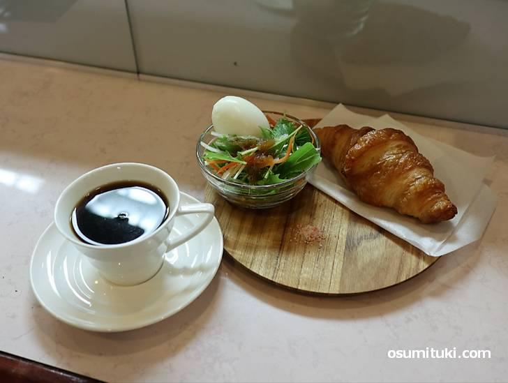 クロワッサン+ドリンク+ミニサラダ+ゆで卵のモーニング(650円)