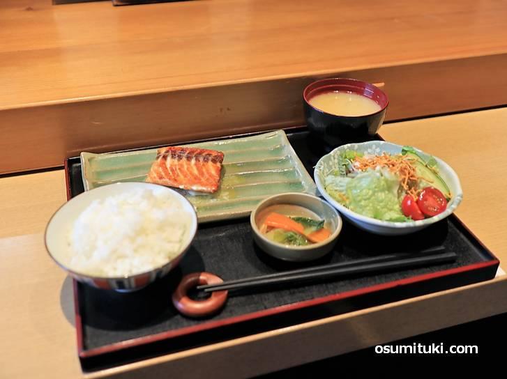 お昼のランチは700円~800円、和食を中心に6種類ほどあります(シールーム)