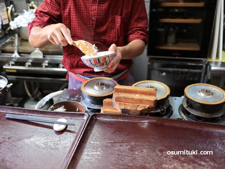 お米は「あきたこまち」を羽釜で炊いています(おかわり自由)