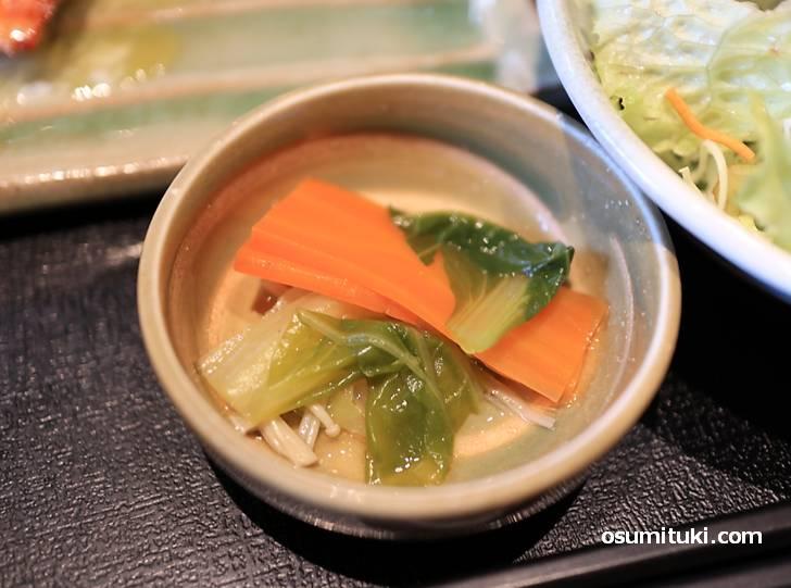小皿は野菜の煮物でした
