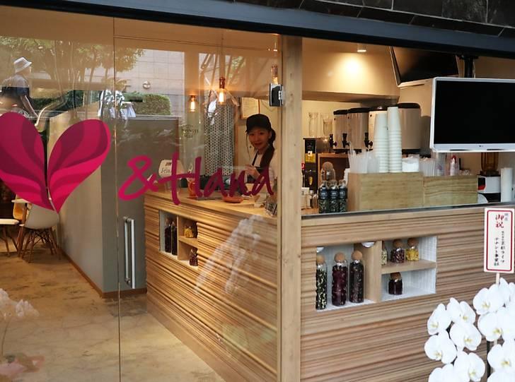 大丸京都店の北側隣にあるお花のタピオカティーの店「&HANA」