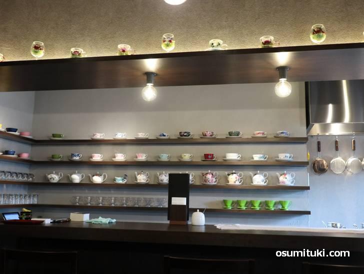 店内にはカラフルなティーカップなどがたくさん(茶亭カエルノウタ)