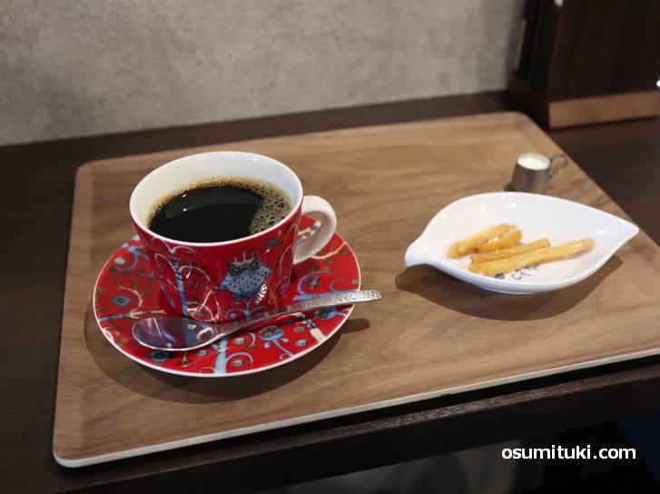 コーヒーはマンデリン(深煎り)をミルクと砂糖で