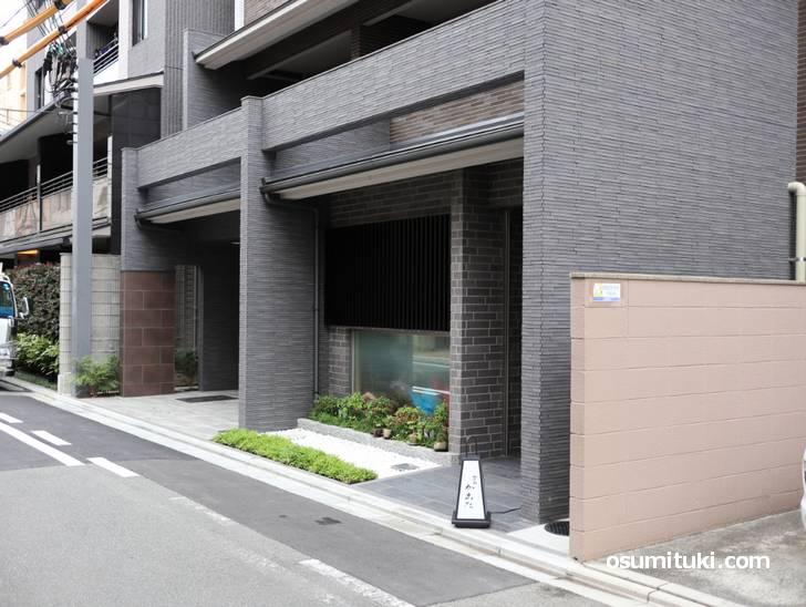 新築マンションの一階にて開業されています(御所南かまた)