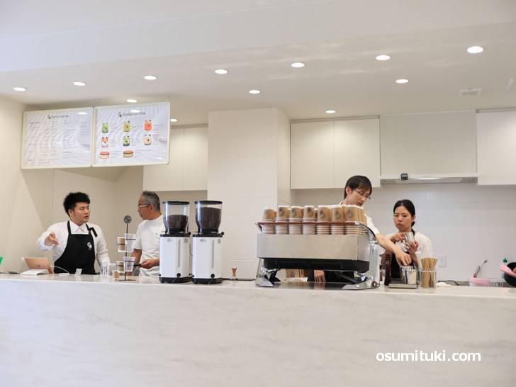 店内は最近流行りのカフェスタンドで広いお店です(GOGO COFFEE)