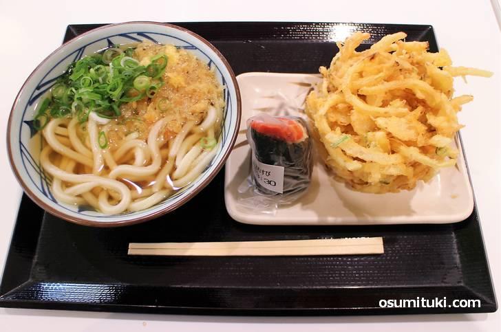 有名な丸亀の讃岐うどん、なにげなく食べてる「天ぷらとおむすび」は讃岐うどんの文化