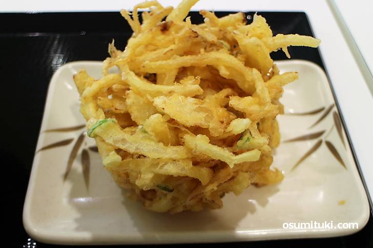 トッピングの天ぷら、かき揚げが好きですが定番はちくわ天です