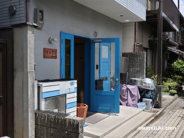 河村食堂の入口、周囲360度すべて住宅です
