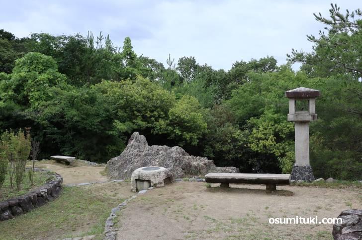 山頂付近から見た船岡山の磐座(いわくら)