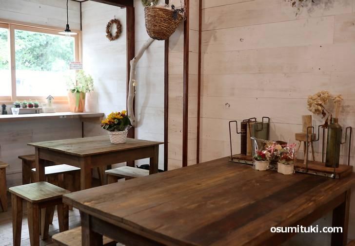 店内はカウンター3、2名と4名テーブルが1卓ずつ(yoo cafe)