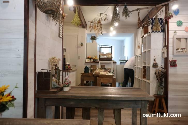 雑貨店併設のカフェなので、店内には雑貨がたくさん置かれています(yoo cafe)