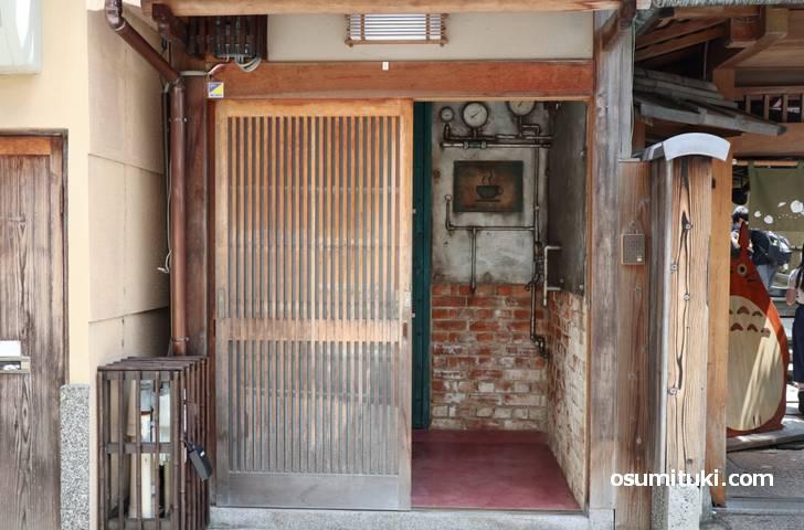 一念坂でチラッと見えるカフェ新店「Punk a vapore」はスチームパンクなカフェです