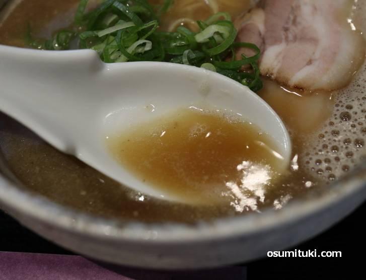スープは煮干し香る食べやすいラーメン