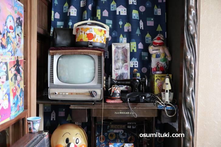 この時代の炊飯ジャーは花柄で、テレビはテクノっぽいものが多かったです