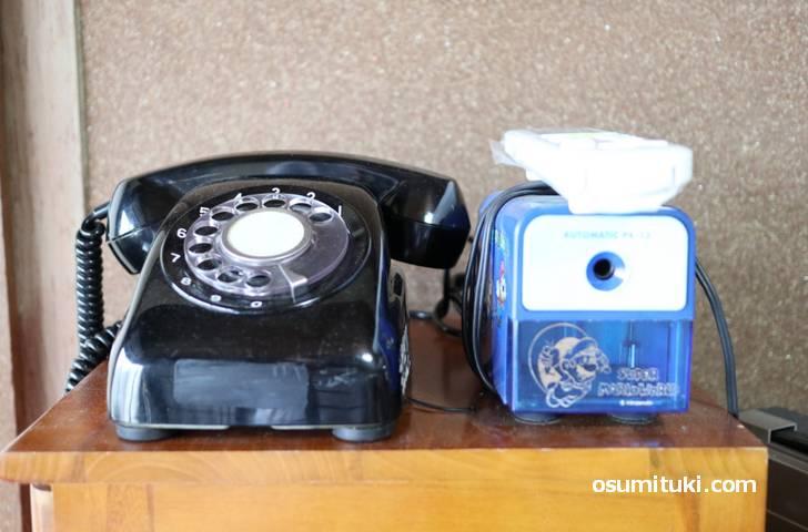 昭和といえば黒電話(ダイヤル式)、右は電動鉛筆削り