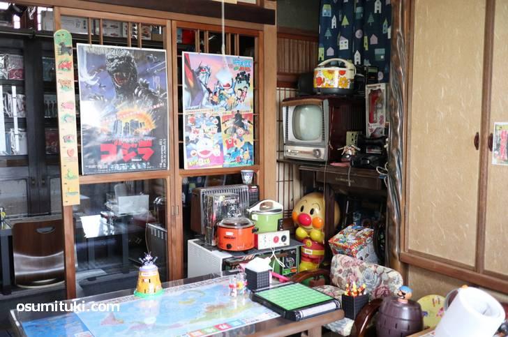 昭和グッズのある和室でゴロゴロとして漫画を読むのもヨシ!
