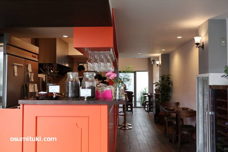 お店は広く、手前はケーキ販売、奥がカフェ・レストラン