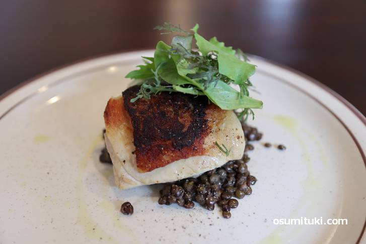 メインは京丹波地鶏のムニエル、パリパリ皮が香ばしくて美味い!