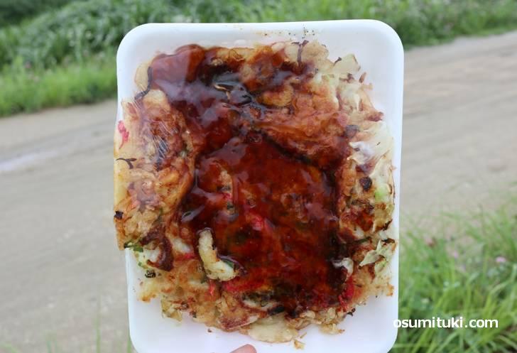 イカや天かすに野菜たっぷりのお好み焼きは大判で350円です!