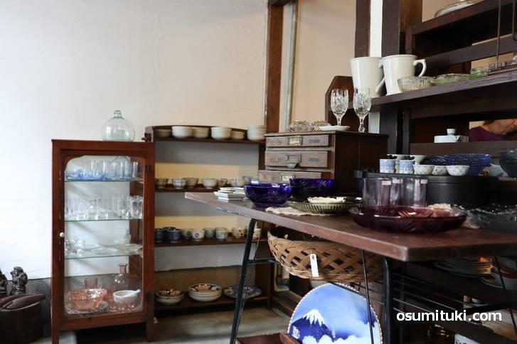 アンティークな雑貨が並びますがカフェにもなっています