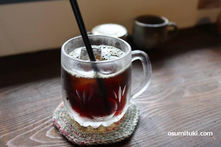 アイスコーヒー、アンティークなグラスがセンスの良さを感じます