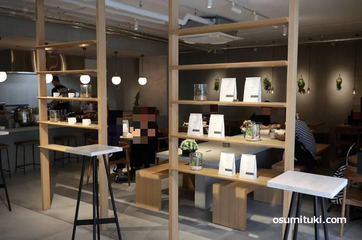 広い店内はカフェとビュッフェが同居しています