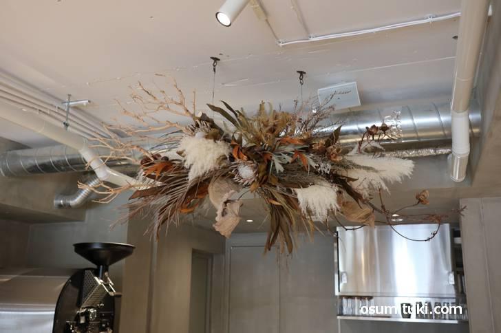 最近流行りのカフェによくある天井吊り下げ式のドライフラワー