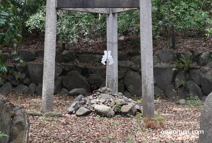 木嶋坐天照御魂神社の三柱鳥居に祀られているものは「湧き水」です