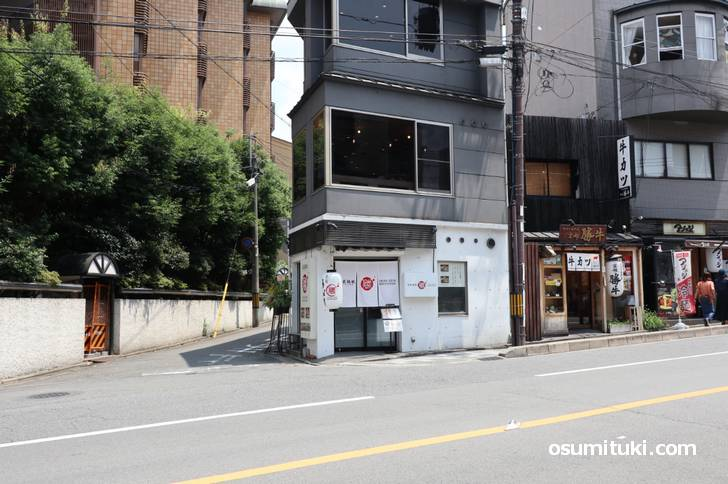 蒸籠饂飩 katsuyoshi (せいろうどんかつよし)場所は八坂神社のすぐ南側